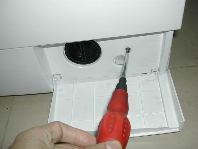 3、用十字螺丝刀卸下洗涤盒前端两螺钉。  4、用十字螺丝刀卸下控制面板的两个螺丝。  5、向上拿起控制面板。 6、旋下电脑板6个螺钉。  7、从控制面板中拿出电脑板。轻轻拔出导线插件,更换电脑板时,按原样插好插件。注意:重新安装配需先将程序旋钮装配在电脑板上。  (二)滤波器、水位传感器和进水电磁阀的拆装: 1、打开洗衣机上盖。(见图5.